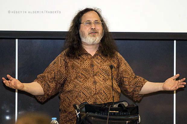 """Özgür yazılım hareketinin öncüsü Richard Stallman: """"Kaynak kodlarını gizlemek serbest rekabet düşmanlığıdır"""""""
